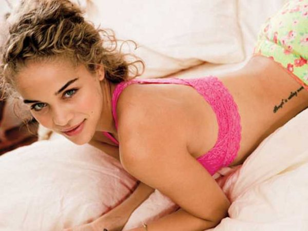 american-eagle-abandons-photoshop-for-new-lingerie-campaign